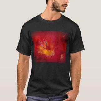 日本援助のレリーフ、浮き彫りのフリージアの花のTシャツの地震 Tシャツ