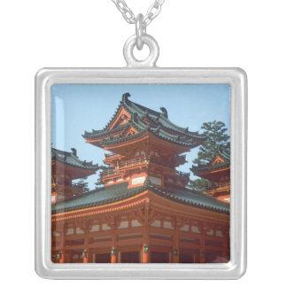 日本、京都のHeianカラフルなJinguの寺院、 シルバープレートネックレス