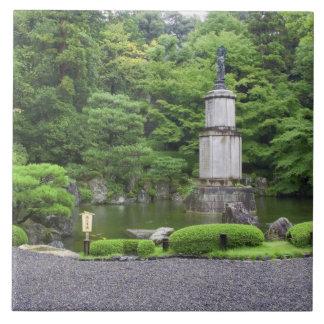 日本、京都のScilentの石造りの庭 タイル
