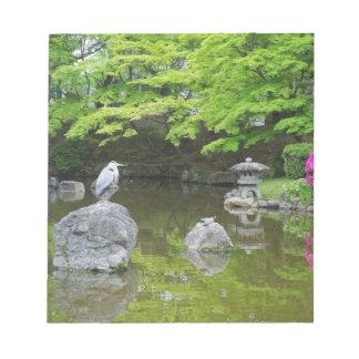 日本、京都。 新しい緑の葉の鷲 ノートパッド