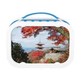 日本、京都。 秋色のKiyomizuの寺院 ランチボックス