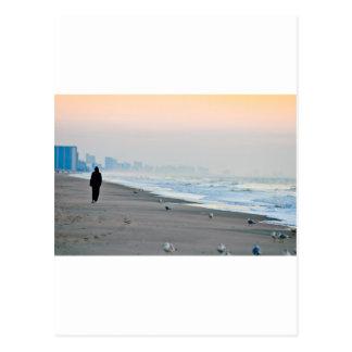 日没でビーチで歩くこと ポストカード