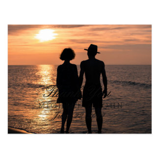 日没で手を握るロマンチックなカップルはまたは感謝していしています 葉書き