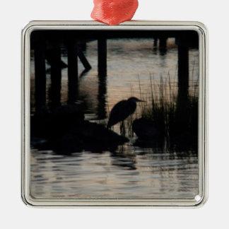 日没で水にシルエットを描かれる鷲 メタルオーナメント