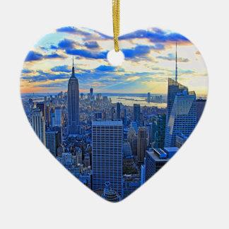 日没として夕方NYCのスカイラインはWに近づきます セラミックオーナメント