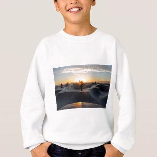 日没によってカリフォルニアはスケートボード公園のフリースタイルが夢を見ます スウェットシャツ