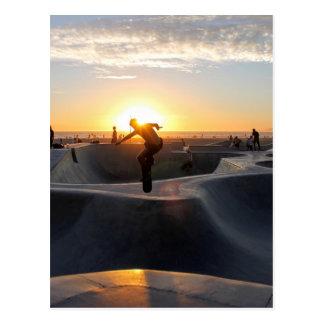 日没によってカリフォルニアはスケートボード公園のフリースタイルが夢を見ます ポストカード