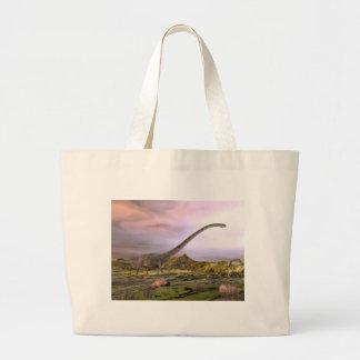日没による砂漠のOmeisaurusの歩く ラージトートバッグ
