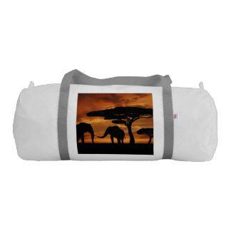 日没のアフリカゾウのシルエット ジムダッフルバッグ