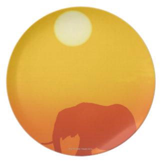 日没のアフリカゾウの歩く、ケニヤ、 ディナー皿