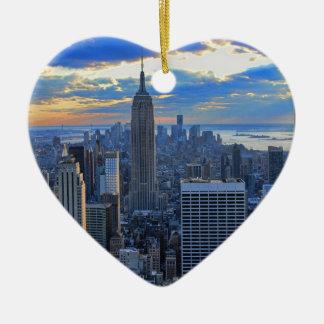 日没のアプローチとして夕方NYCのスカイライン セラミックオーナメント