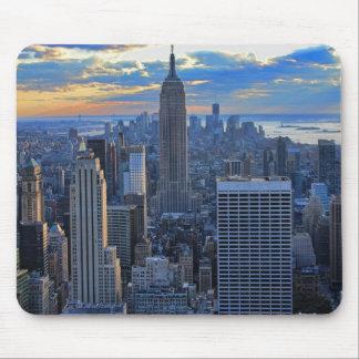 日没のアプローチとして夕方NYCのスカイライン マウスパッド