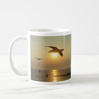 日没のカモメ コーヒーマグカップ