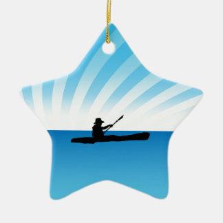 日没のカヤックを漕ぐカヌーのシルエット セラミックオーナメント