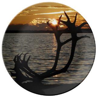 日没のカリブーの(雄ジカの)枝角 磁器プレート