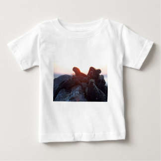 日没のガラパゴス諸島のウミイグアナ ベビーTシャツ