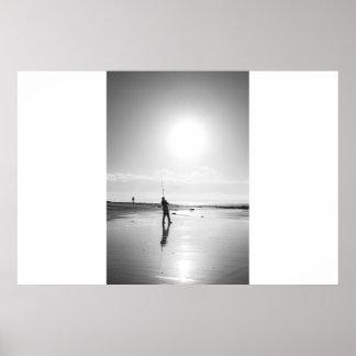 日没のケリーのビーチの単独漁師の魚釣り ポスター
