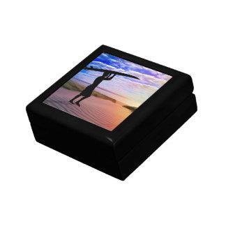 日没のサーファーの砂および雲 ギフトボックス