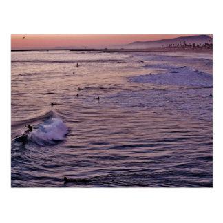 日没のサーフィンのオーシャンサイド ポストカード