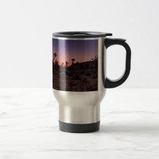 日没のジョシュアツリーの国立公園 トラベルマグ