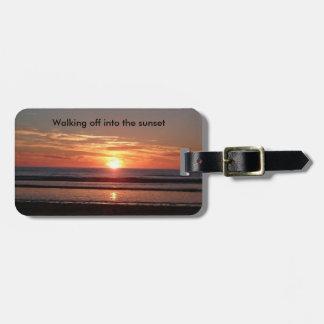 日没のスーツケースのバッグのラベルに歩くこと ラゲッジタグ