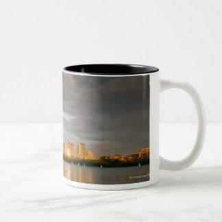 日没のチャールズ川の帆船遊び ツートーンマグカップ