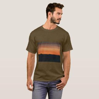 日没のデザインのオリーブブラウンのTシャツ Tシャツ