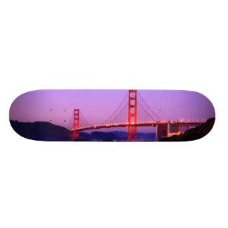 日没のパン屋のビーチのゴールデンゲートブリッジ スケートボード