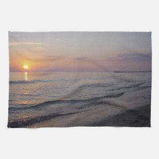 日没のビーチの波、落ち着いたおよび平和な海岸 キッチンタオル