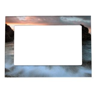 日没のビーチ、カタロニア、スペインの波 マグネットフレーム