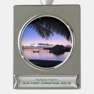 日没のモルディブのヤシの木私達の初めてのクリスマス シルバープレートバナーオーナメント