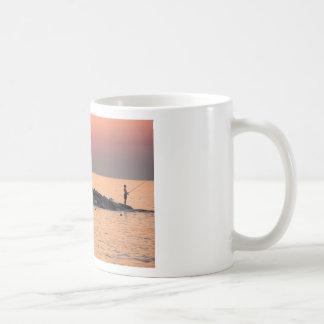 日没の人の魚釣り コーヒーマグカップ