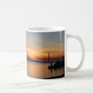 日没の川テーガス川上の橋 コーヒーマグカップ