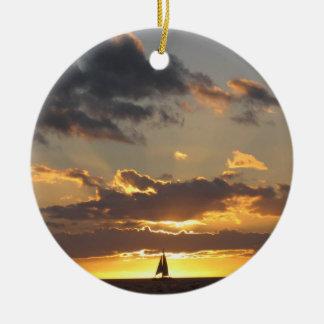 日没の帆ボート セラミックオーナメント