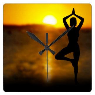 日没の柱時計の海によるヨガの女性 スクエア壁時計
