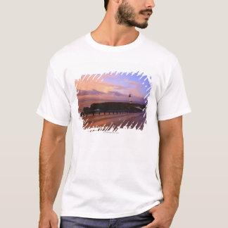 日没の海岸に沿う道及び灯台 Tシャツ