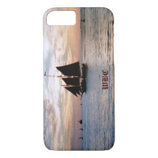 日没の海景のデザインの穏やかな海の帆船 iPhone 8/7ケース
