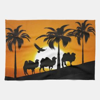 日没の砂漠のラクダ キッチンタオル