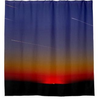 日没の空を通したジェット機の流出 シャワーカーテン