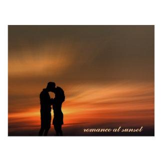 日没の若くロマンチックなカップル、郵便はがき ポストカード