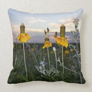日没の草原の野生の花 クッション