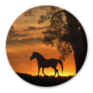 日没の装飾のノブの美しい小走りに走る馬 セラミックノブ