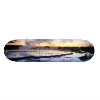 日没の間欠泉の煙 スケートボード