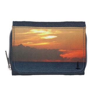 日没の雲およびヨットの海景