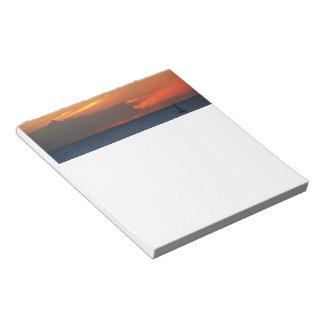 日没の雲およびヨットの海景 ノートパッド
