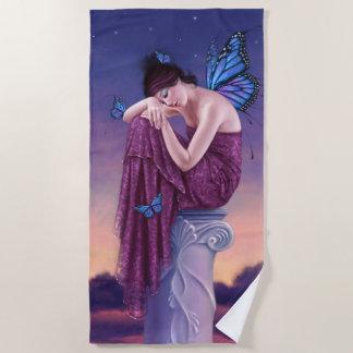日没の青いマダラチョウの妖精 ビーチタオル