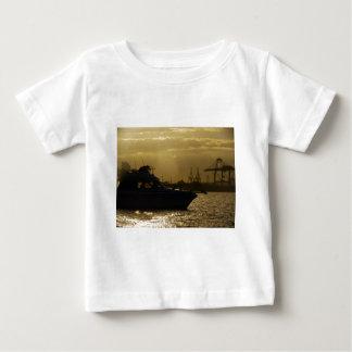 日没の高速モーターボートのシルエット ベビーTシャツ