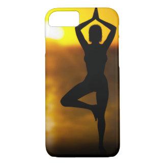 日没のiPhoneの場合の海によるヨガの女性 iPhone 7ケース