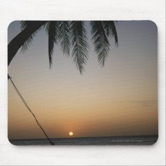日没のSilhuettedの空のハンモック マウスパッド