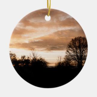 日没は木のシルエットを描きます セラミックオーナメント